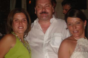 Fiere papa met zijn dochters