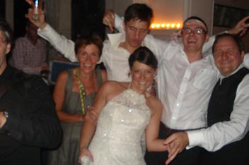 Schone bruid met schoonfamilie.